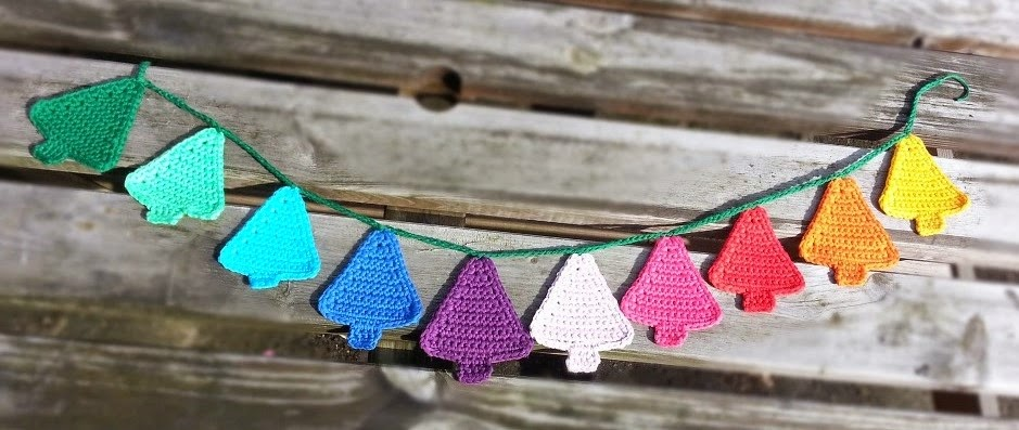 Knitting Pattern Christmas Bunting : Hooking Crazy: Christmas Tree Bunting