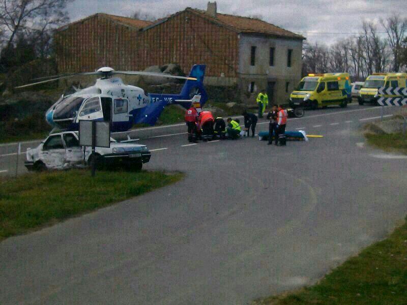 helicoptero del sacyl al fondo, miembros de los servicios de eme