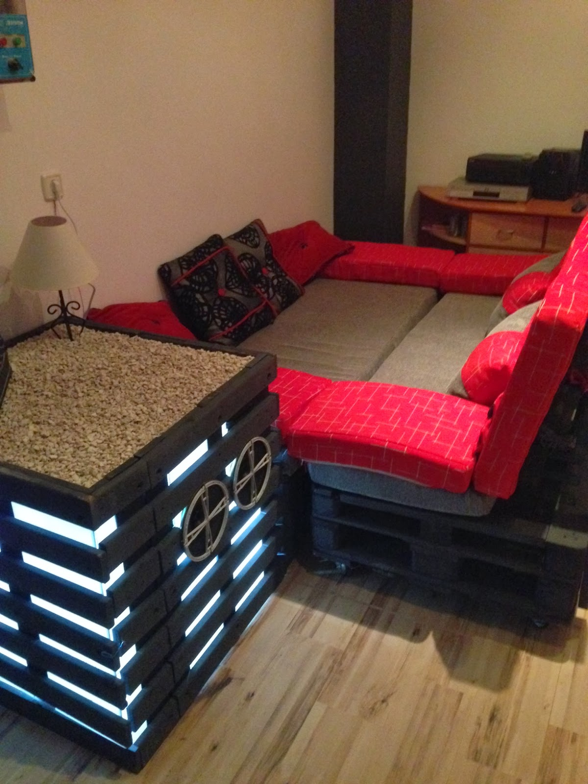 Sofas y mesita home cinema hechos de for Sofa exterior reciclado