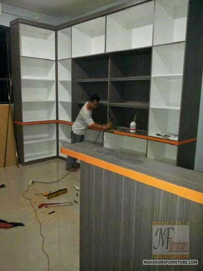Bengkel Workshop Jasa Kontraktor Interior Furniture Desain Kantor Ruang Kerja Staff Direktur Rapat Meja Resepsionis Lemari Rak Kabinet Data Berkas Arsip Rak Buku Panel TV Perkantoran Office Meeting Room Reception Front Office Confrence Hall File Cabinet Box Backdrop Book Rack