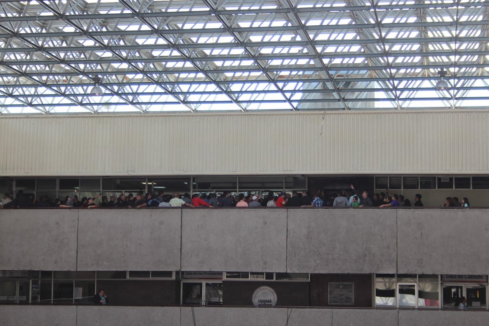 Noticias tijuana express fotoreportaje de trifulca en las puertas de la oficina del presidente - Oficina municipal del taxi ...