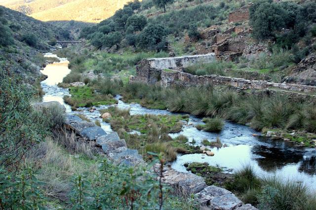 Ruinas del molino y Puente Viejo en Campillo de Deleitosa