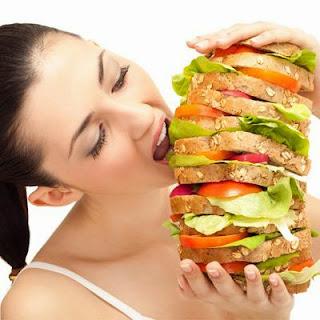 نصائح غذائيه وصحيه للمرأة العصرية- امرأة تأكل كثر ساندوتش شطيرة كبيرة برجر هامبرجر -الشرهه شرهه - woman eat too much