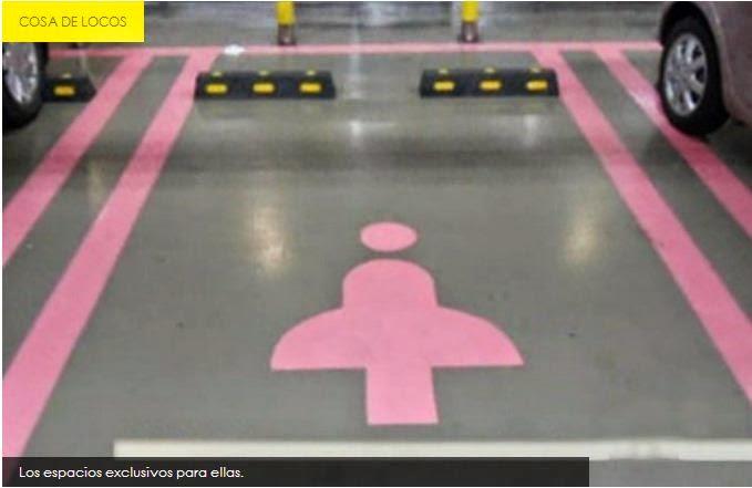 Parqueo mas grande y con señales especiales para mujeres