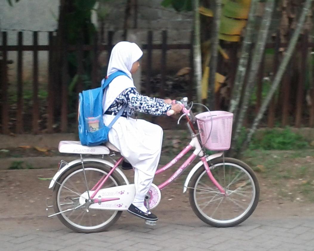 Nyaikel Cycle: Sepeda dan Seragam Sekolah