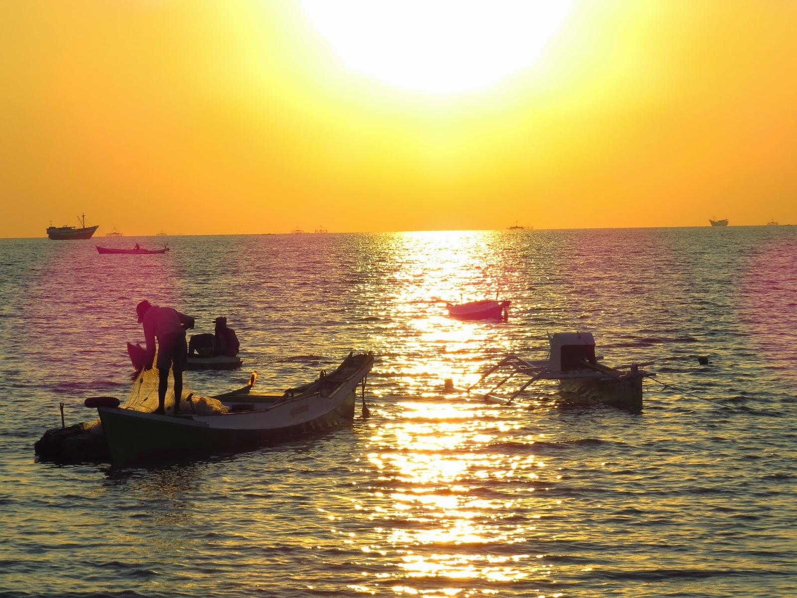 Aktivitas Nelayan di Bawah Sinar Senja (Foto by Admin)