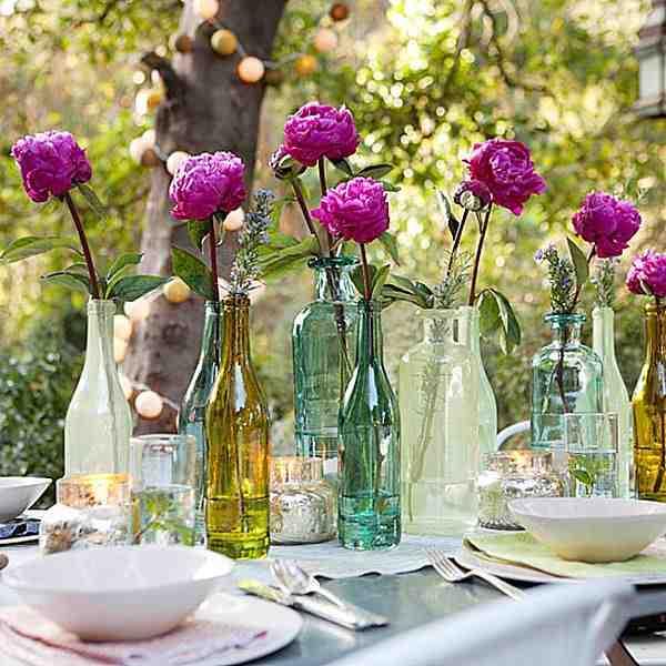 Kwiaty w butelkach na garden party, dekoracje na garden party