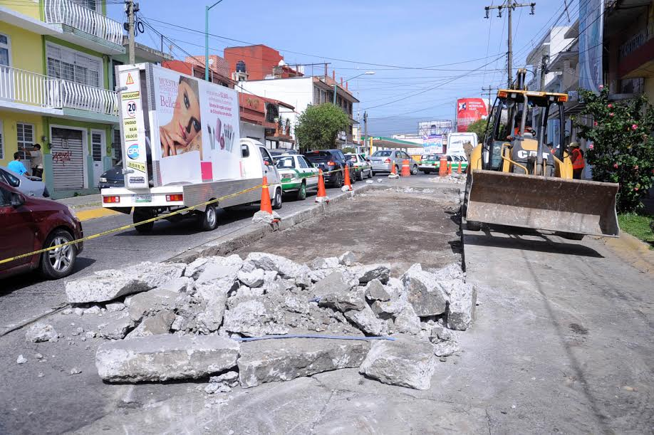 Rehabilita Ayuntamiento de Xalapa losas fracturadas en 20 de noviembre