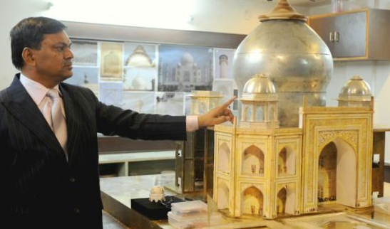 gold and silver replica model of taj mahal