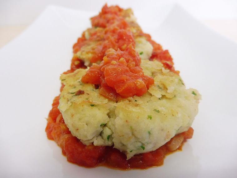 Hamburguesitas de bacalao y gambas con salsa de tomate