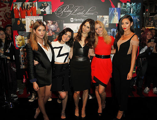 PLL Cast Lucy Hale, Ashley Benson, Troian Bellisario, Shay Mitchell and Sasha Pieterse at New York Comic Con