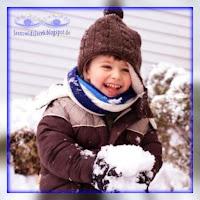 beztroskie Dziecko bawiące śniegiem