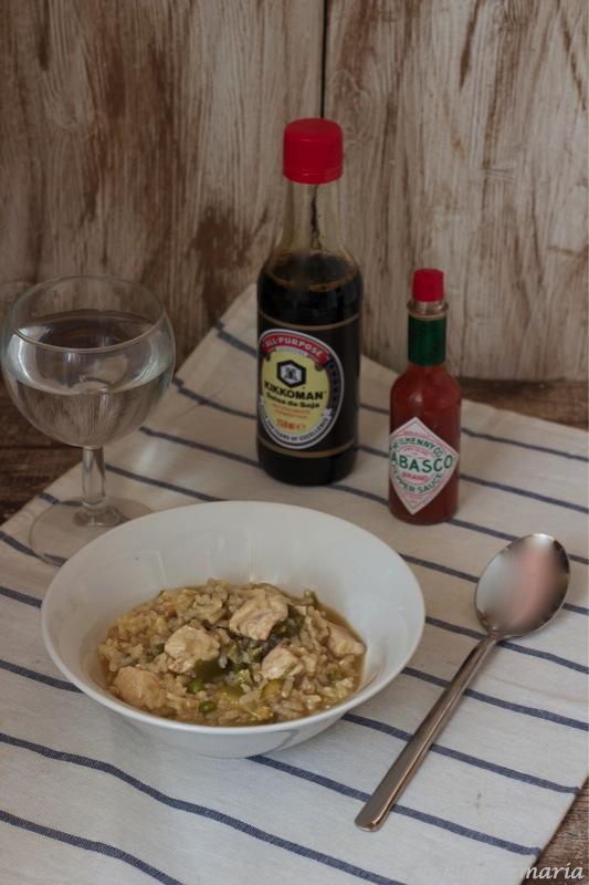Arroz con pollo, soja y tabasco
