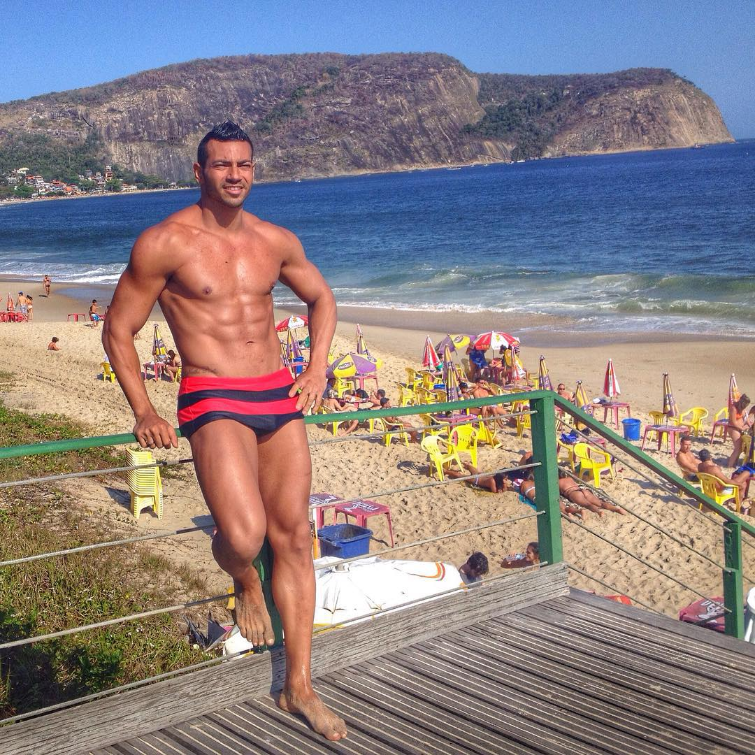 Em fase de pre-contest, atleta Men's Physique Breno Neves curte dia de praia em Niterói. Foto: Arquivo pessoal