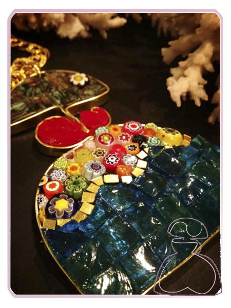 Para este colgante Menina de El Jardín del Edén por Sylvia López Morant, minifioris, esmalte venciano y cristal Van Gohg para este colgante Menina.