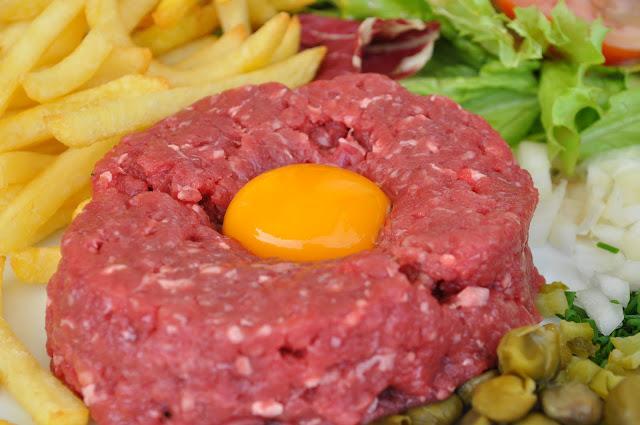 Le+Voltaire++Porte+de+Clignancourt+antique+flea+market+beef+tartare