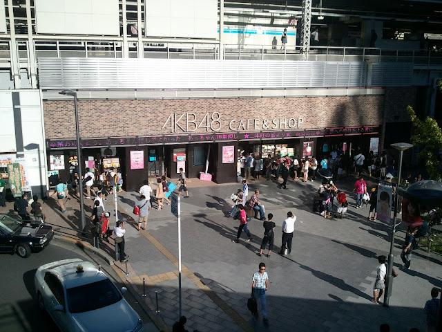 JR秋葉原駅電気街口改札右側を出たところにあるAKB48カフェその2