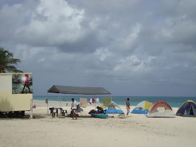 algumas barracas montadas na praia