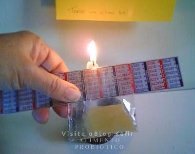 Aproxime devagar a dobra apoiada na régua no calor da vela.