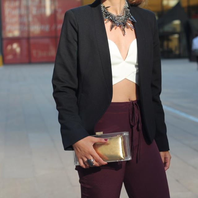 http://3.bp.blogspot.com/-HPRlArP6snQ/UjK0B4QnNAI/AAAAAAAAE38/MikQdY_pfPE/s640/Melanee+Shale+New+York+Fashion+Week+Lincoln+Center+Senhoa+Necklace+Lucite+Clutch.JPG