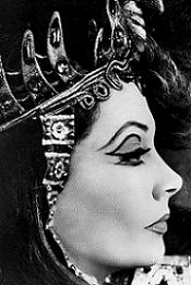 Viv y su hierático perfil en Cleopatra