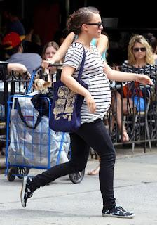 Natalie Portman dengan jeans ketat namun tetap terlihat sexy dan casual