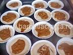 Muffins cu nuca preparare reteta - briosele in forme, inainte de a fi introduse in cuptor