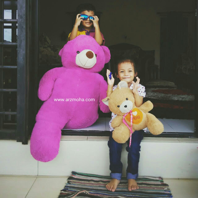 Kid and big bear, big teddy bear, arzmohadotcom, kids, Cik Puteri, budak comel,
