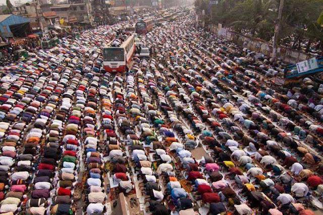 Ratusan Umat Islam Sholat Di Jalan Raya