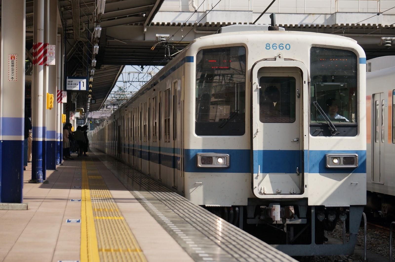 志木駅に到着する東武東上線8000系