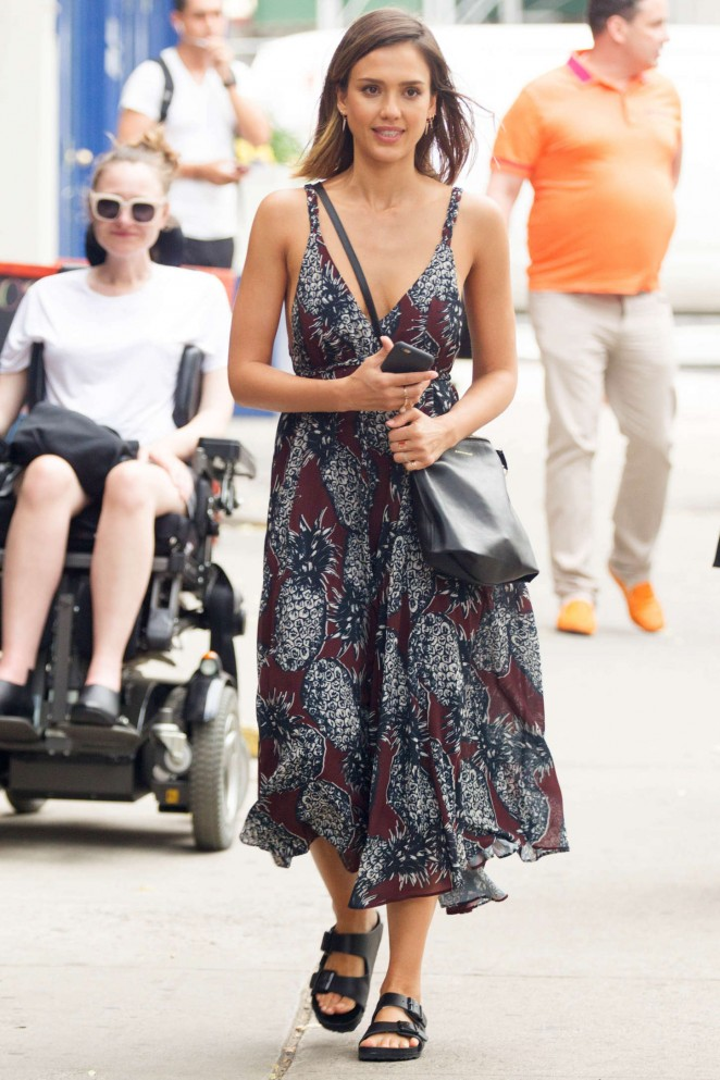 Jessica Alba shows skin in a chic summer dress in Soho