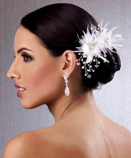tocado para peinado de novia con plumas y lindos detalles de perlas y brillantes de fantasa peinados aos para pelo corto
