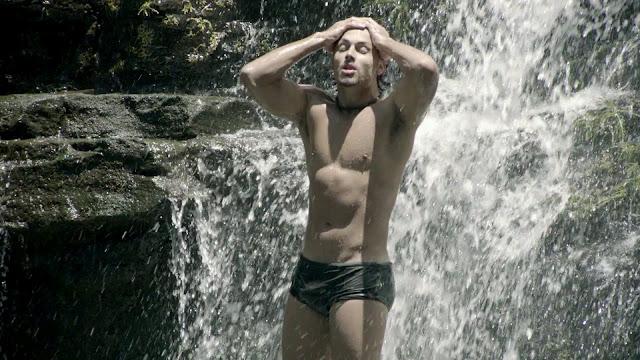 """De sunga, Jesus Luz toma banho de cachoeira em cena do clipe """"Caliente"""", da cantora Inna"""