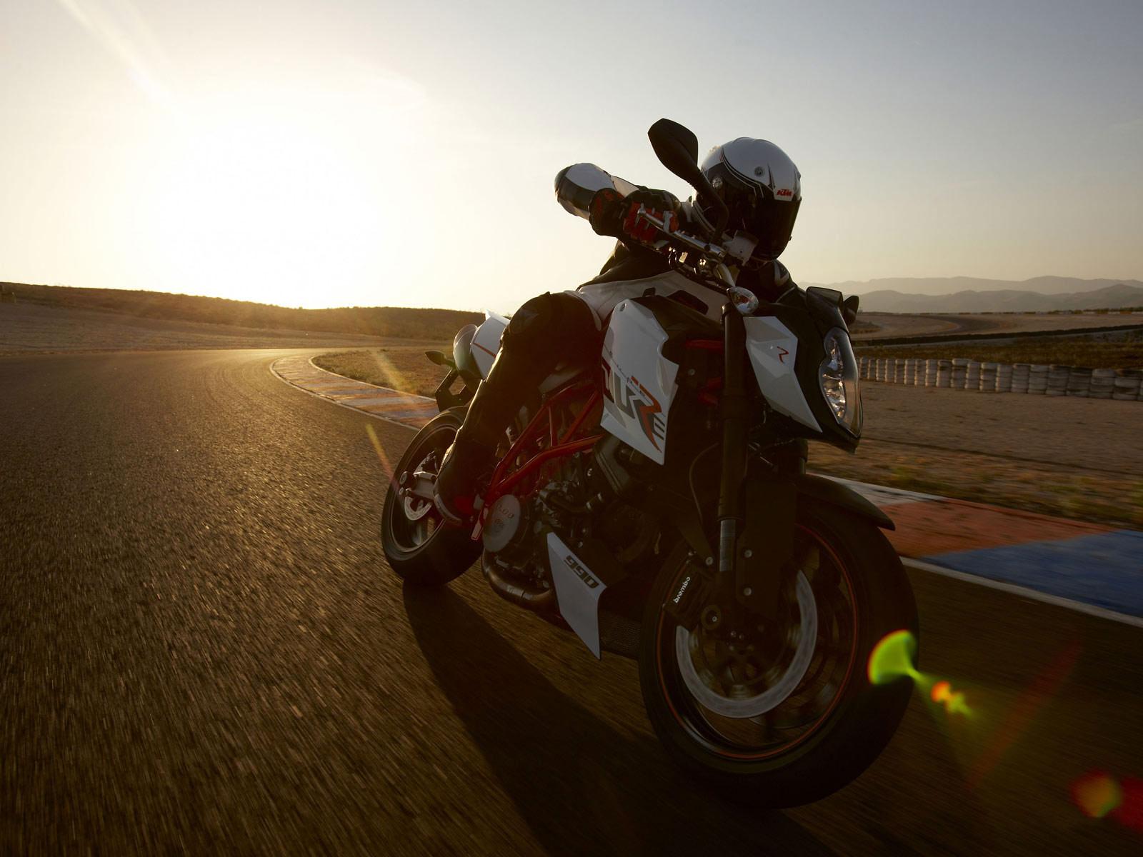 http://3.bp.blogspot.com/-HS1GJyMPP8E/Tnv681xtDGI/AAAAAAAABP8/BnAchOuWWYk/s1600/KTM_990-Super-Duke-R-2009-motorcycle-desktop-wallpaper_03.jpg