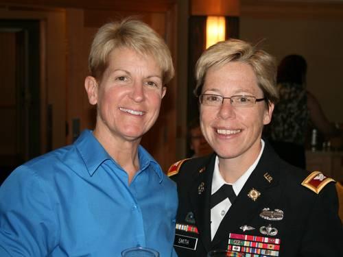 Tammy Smith (direita), primeira lésbica assumida promovida a general nos EUA, com sua mulher, Tracey Hepner (Foto: Divulgação/ Servicemembers Legal Defense Network)