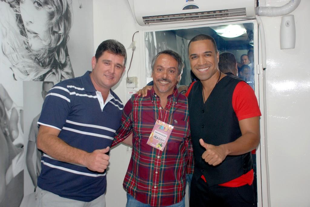 Prefeito Arlei e o Secretário de Turismo, Henrique Carregal posam com o vocalista do Só Pra Contrariar, Fernando Pires, no camarim do artista