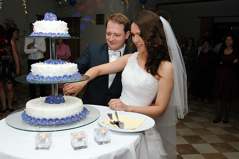 vestuvinis tortas su mėlynomis detalėmis