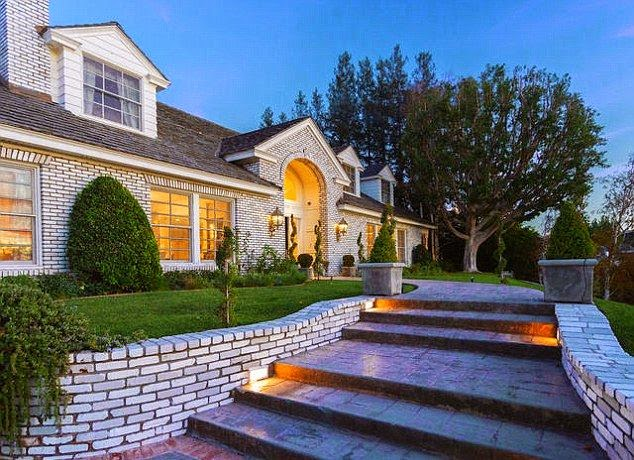 the Musician, Marc Anthony and new wife of Venezuelan model, Shannon de Lima going well into their family future as he paid $ 4.125 Million for 6,590-square-foot Mansion at San Fernando Valley, Los Angeles.