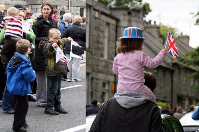 Ninos esperando y animando a la antorcha olímpica en Aberdeen, Juegos Olimpicos Londres 2012 London 2012