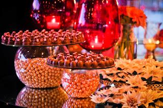 mesa de doces, forminhas, vasos pink com velas, vaso com pérolas, decoração