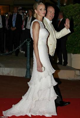 vestido de noite do casamento de charlene wittstock durante o copo-de-água