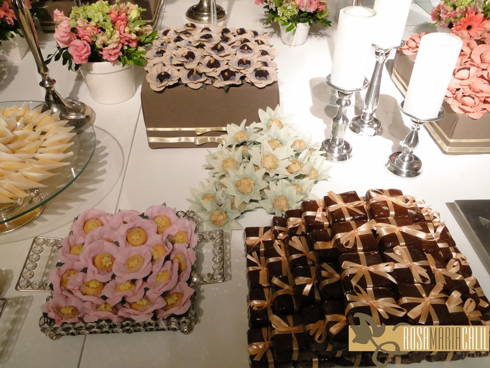 brownie, forma de flor com doce, castiçal de prata, velas, casamento
