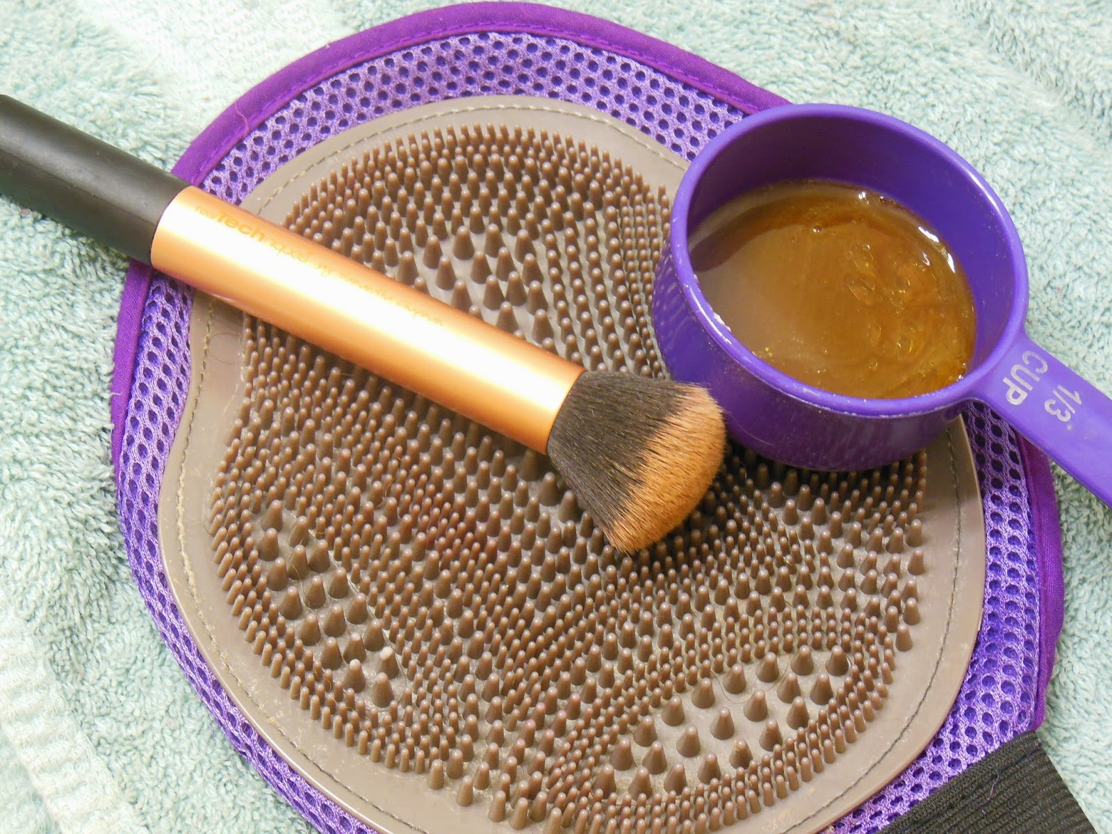 clean makeup brushes with olive oil, clean makeup brushes with shampoo, How to clean makeup brushes at home