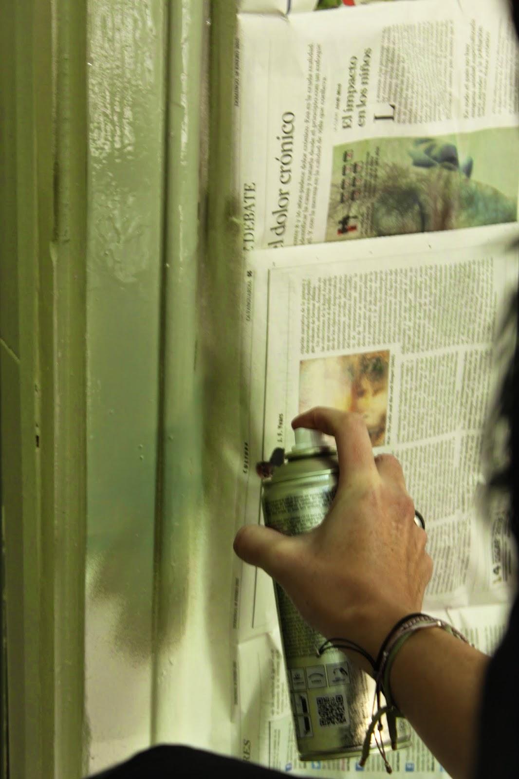 Pintar una puerta con spray para cambiar su aspecto