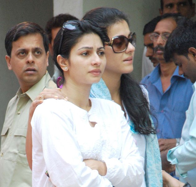 Kajol & Tanisha at Joy Mukherjee's funeral - Kajol & Tanisha at Joy Mukherjee's funeral
