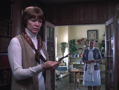 Chris MacNeil (Ellen Burstyn) contempla asustada el crucifijo que ha encontrado bajo la almohada de su hija Regan (Linda Blair) - Cine de Escritor