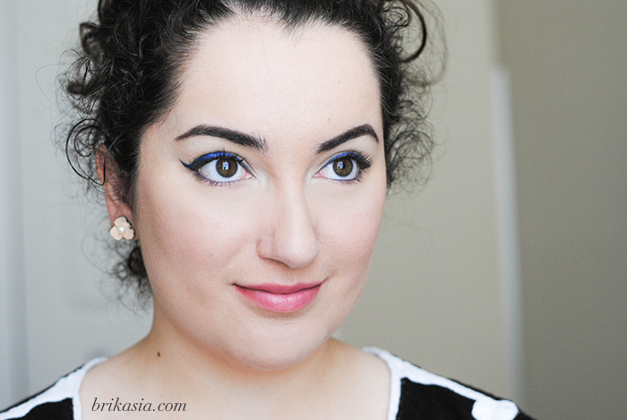 navy blue winged eye liner cateye makeup tutorial, spring beauty trends, urban decay vice 2 palette, easy makeup looks for school