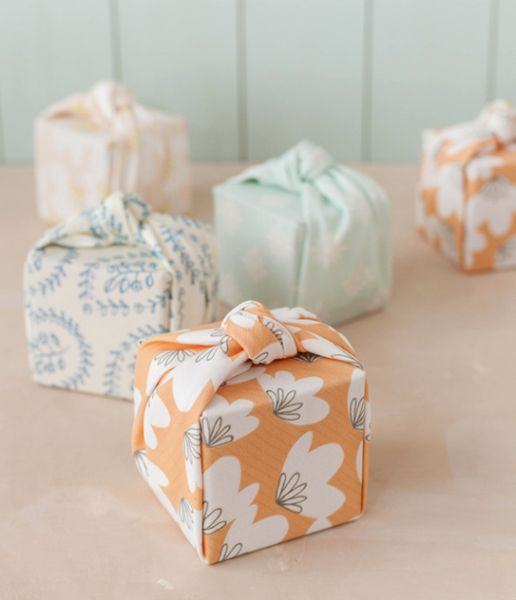 Paquetes de regalo envueltos con tela estampada