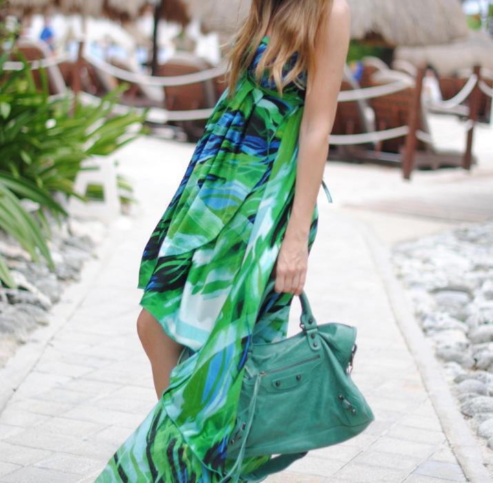Vestido asimétrico largo estampado en blog de moda. Fotos hechas en Cancún, méxico para el blog Mes Voyages à Paris