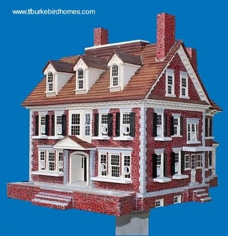 Casa de pájaros con la forma de una mansión en miniatura